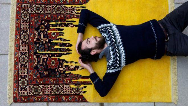 Questo artista crea tappeti che sembrano bug di un computer